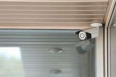 Câmara de segurança moderna do CCTV na parede da construção Espa?o para o texto foto de stock