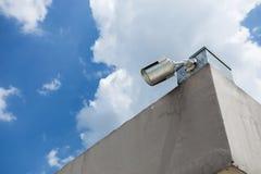 Câmara de segurança no céu azul Foto de Stock