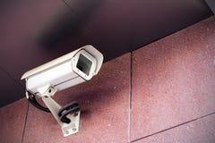 Câmara de segurança no prédio de escritórios imagem de stock royalty free