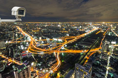 Câmara de segurança que monitora o movimento do tráfego na vista superior de c Imagens de Stock