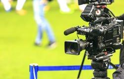 Câmara de televisão em um estádio de futebol imagem de stock royalty free