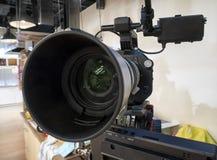 Câmara de televisão em um estúdio fotos de stock