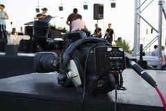 Câmara de vídeo digital profissional acessórios para as câmaras de vídeo 4k Câmara de televisão em uma sala de concertos imagem de stock royalty free