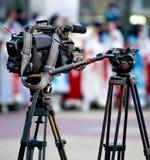 A câmara de vídeo e o apoio para a câmera no feriado do Natal fotografia de stock