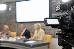 Câmara de vídeo em uma conferência de notícia. Imagens de Stock Royalty Free