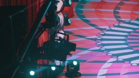 A câmara de vídeo no guindaste está movendo-se dentro ao disparar em um programa televisivo video estoque