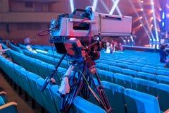 Câmara de vídeo profissional em um tripé com uma tela para eventos e transmissão de tevê imagem de stock royalty free