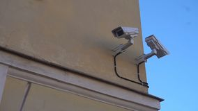 Câmara de vigilância exterior nas ruas de St Petersburg video estoque