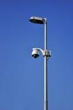 Câmara de vigilância na lâmpada de rua Fotos de Stock Royalty Free