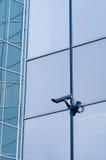 Câmara de vigilância na parede da construção moderna Fotos de Stock