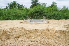 Câmara de visita da tubulação da drenagem sob a construção Foto de Stock