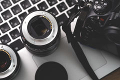 Câmara digital, lente e portátil conceito da estação de trabalho do fotógrafo Imagens de Stock