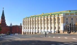 A câmara do arsenal da construção no Kremlin de Moscou Rússia imagens de stock