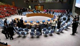 A câmara do Conselho de segurança durante a preparação para a sessão É ficado situado na construção da conferência de United Nati foto de stock