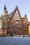 A câmara municipal antiga no mercado em Wroclaw, Polônia fotos de stock royalty free