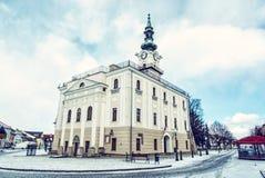 Câmara municipal bonita no quadrado principal, Kezmarok, Eslováquia foto de stock royalty free