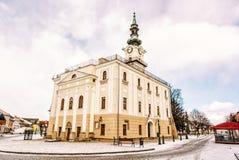 Câmara municipal bonita no quadrado principal, Kezmarok, Eslováquia, f amarelo Fotos de Stock Royalty Free