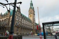 Câmara municipal com grande opinião do pulso de disparo do lado da rua perto do metro Fotos de Stock