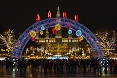 Câmara municipal da cidade de Viena na noite durante o tempo do mercado do Natal imagem de stock