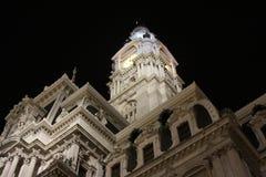 Câmara municipal da opinião impressionante da noite de Philadelphfia imagem de stock royalty free
