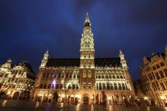Câmara municipal de Bruxelas, Grand Place na hora azul foto de stock royalty free