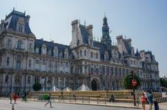 Câmara municipal de Hotel de Ville da opinião da rua de Paris França imagens de stock royalty free