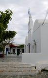 Câmara municipal e bandeira Templo ortodoxo na ilha de Folegandros, Cyclades, Grécia Fotografia de Stock