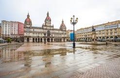 Câmara municipal e estátua de Maria Pita no quadrado no ponto de férias popular de Maria Pita entre locals e turistas, um Coruna, imagem de stock