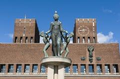 Câmara municipal e estátua de Oslo Foto de Stock