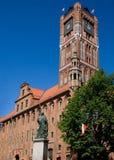 Câmara municipal e estátua velhas de Nicolas Copernikus foto de stock royalty free