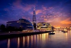 Câmara municipal e estilhaço do por do sol da skyline de Londres imagem de stock royalty free