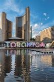 Câmara municipal e Nathan Phillips Square de Toronto no por do sol fotografia de stock royalty free