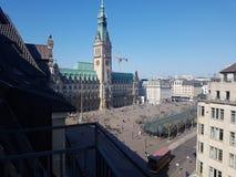 Câmara municipal e um pouco mercado da opinião do balcão de Hamburgo Alemanha Fotos de Stock Royalty Free