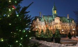 Câmara municipal em árvores de Montreal e de Natal no crepúsculo fotografia de stock royalty free