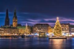 Câmara municipal iluminada com mercados do Natal em Hamburgo imagem de stock royalty free