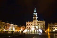 Câmara municipal na noite, quadrado principal (Rynek Wielki), Zamosc, Polônia Fotografia de Stock Royalty Free