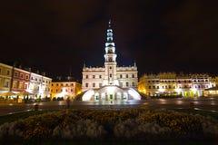 Câmara municipal na noite, quadrado principal (Rynek Wielki), Zamosc, Polônia Foto de Stock