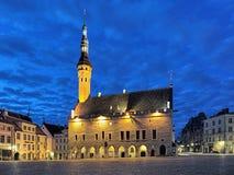 Câmara municipal no crepúsculo, Estônia de Tallinn Imagem de Stock