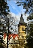 A câmara municipal nova de Praga atrás das árvores Fotos de Stock Royalty Free