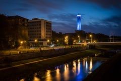 Câmara municipal nova na iluminação de Ostrava na noite Com a torre de 86 medidores de altura esta é a câmara municipal a mais al Fotografia de Stock