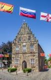 Câmara municipal velha com as bandeiras em Schuttorf Fotos de Stock Royalty Free