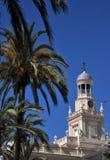 Câmara municipal velha em Cadiz Torre de pulso de disparo no fundo do céu azul Foto de Stock Royalty Free