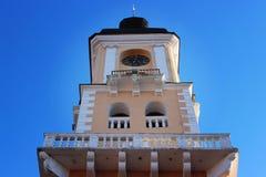 Câmara municipal velha no fundo do céu fotos de stock royalty free