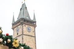 Câmara municipal velha no quadrado principal em Praga com as decorações no estilo do Natal O conceito do Natal Fotografia de Stock Royalty Free