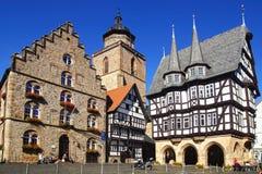 Câmara municipal, Weinhaus, a construção madeira-moldada a mais velha e Walpurgiskirche Alsfeld. fotografia de stock royalty free