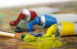 Câmaras de ar e painbrush da pintura de petróleo Fotos de Stock Royalty Free