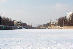 Câmaras de fechamento no rio de Moscovo Fotos de Stock