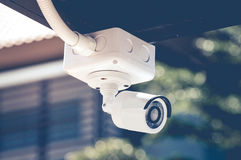 Câmaras de segurança do CCTV fora da construção branca imagem de stock