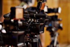 Câmaras de vídeo na conferência de imprensa imagens de stock royalty free