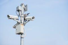 Câmaras de vigilância exteriores em um polo Fotos de Stock Royalty Free